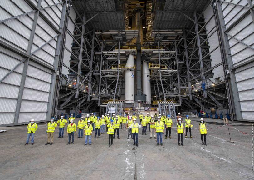 L'équipe de l'essai CCDZ devant la maquette du lanceur.